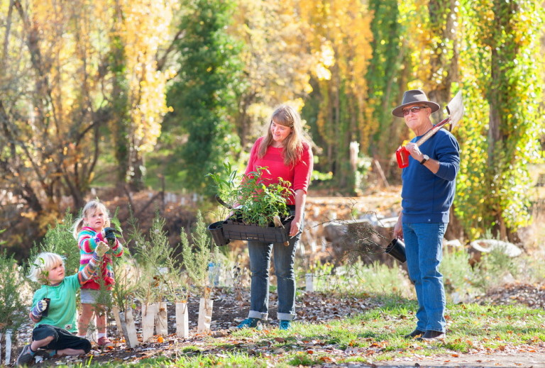 Landcaare group Presidents Krista Patterson-Majoor and Peter Harding,as well as Banjo and Daisy Ford discuss the Trees for Mum Planting days at the Kyneton River Walk©Scheltema